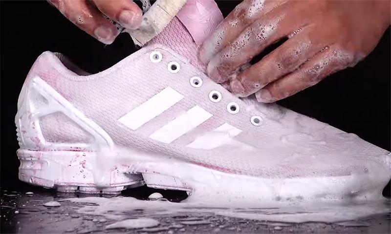 Giặt các vết bẩn cứng đầu trên giày thể thao